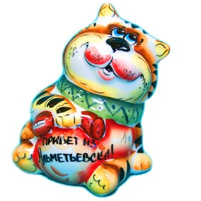 """Фарфоровый кот с надписью """"Привет из Альметьевска"""""""